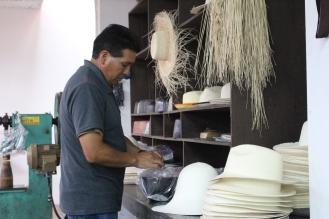 Terminando los Panama Hat. Es increible pensar que esta belleza de sombreros se hagan con una planta llamada Paja Toquilla, es un trabajo artesanal y el sombrero mas sencillo lleva 1 dia realizarlo y hay algunos que llevan hasta 1 año!! Pero lo mas contradictorio es que siendo Ecuatorianos se llaman Panama Hat, es tan injusto y contradictorio como toda la historia de nuestra América Latina!!