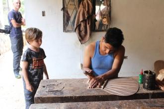 Artesanos haciendo un trabajo que se hereda de generación en generación. Aquí Guitarras Uyaguari!!