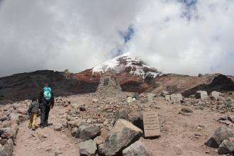 Lapidas de quienes quicieron hacer cumbre en el Chimborazo!