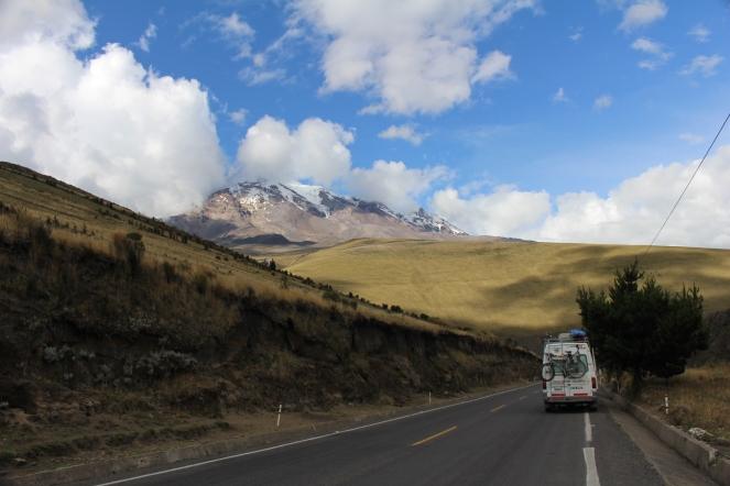 La casita-auto y el Chimborazo.